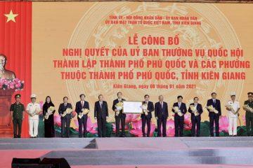 Phó Thủ tướng Thường trực Chính phủ Trương Hòa Bình đã trao Nghị quyết thành lập Thành phố Phú Quốc và các phường thuộc Thành phố Phú Quốc cho lãnh đạo tỉnh Kiên Giang.