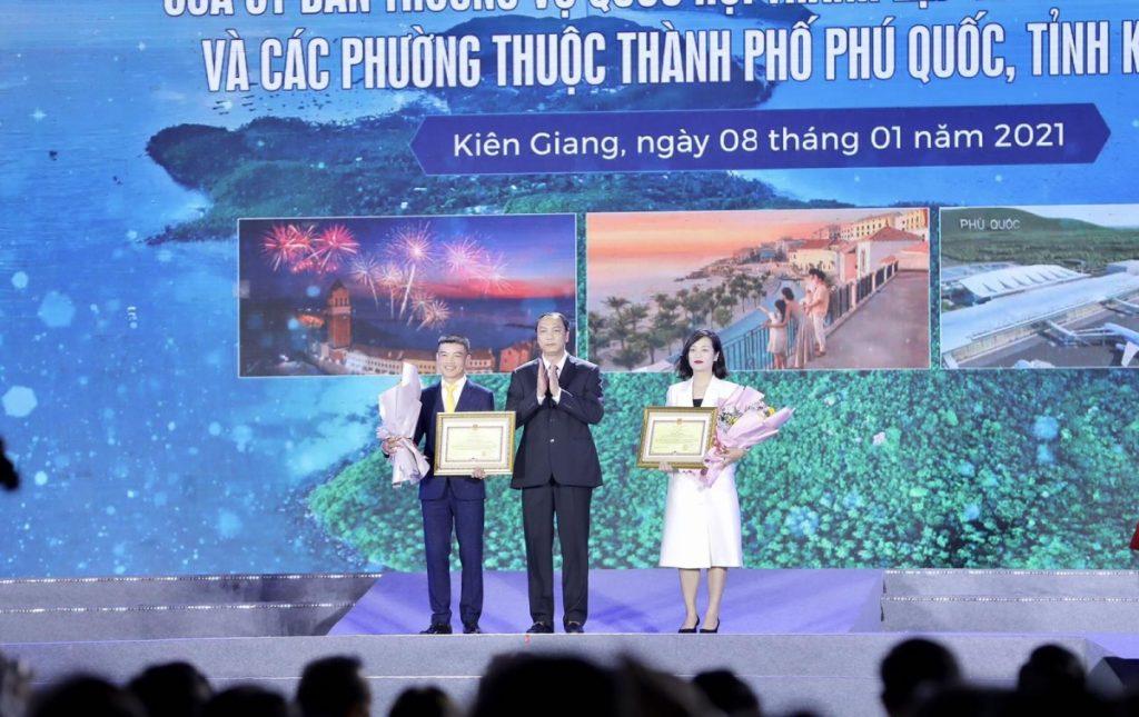 Lãnh đạo tỉnh Kiên Giang trao hoa và bằng chứng nhận cho 2 nhà đồng tài trợ Sun Group và BIM Group